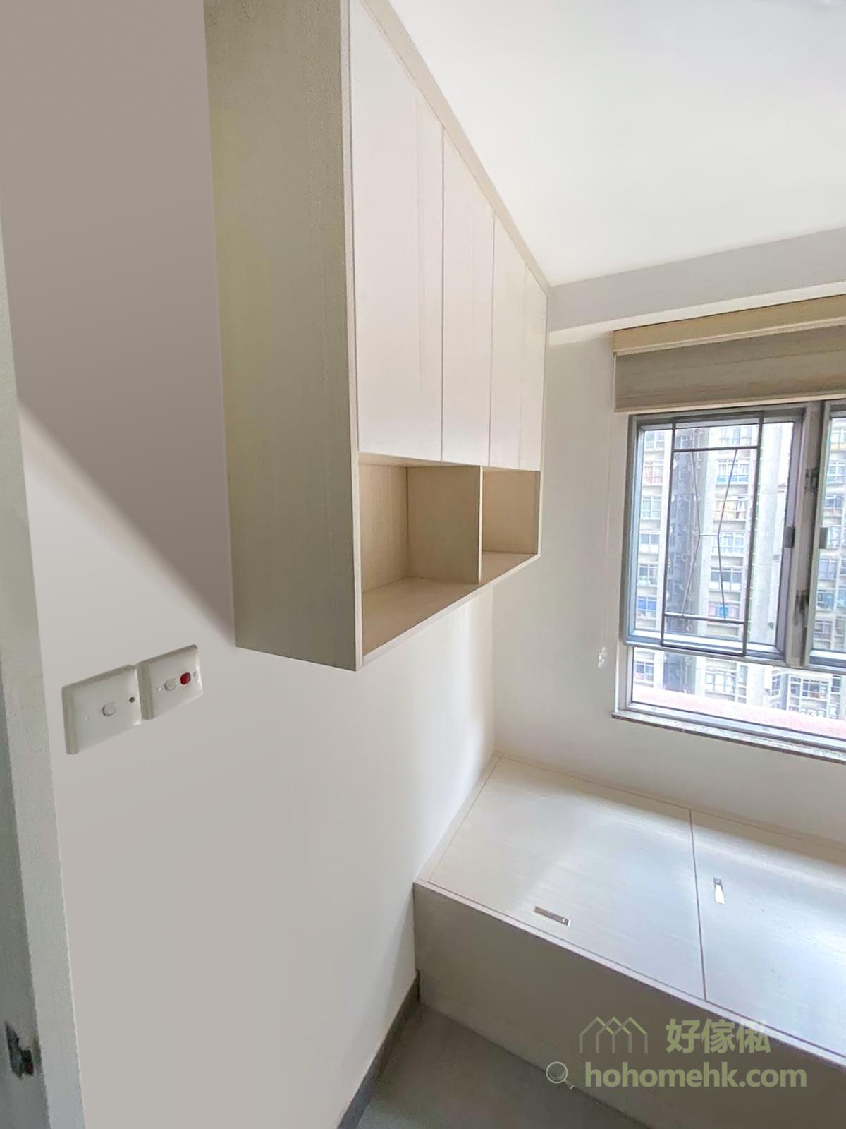 睡房內主要分成四個儲物區域,包括是下層床床尾的儲物櫃和地台儲物箱、上層床底下的衣櫃和地櫃,以及房門旁的吊櫃