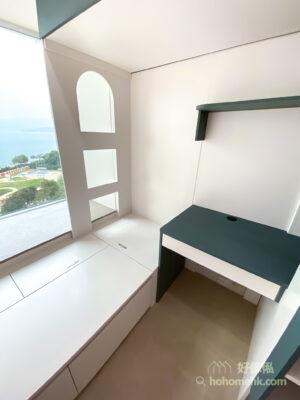 書枱有小櫃桶收納文具、筆記本等雜物,有助保持桌面整齊,而書枱延伸過去的開放式格櫃,是借用樓梯櫃後方的空間,可當成書櫃或配搭收納籃作衣櫃使用
