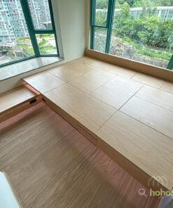 超巨型的King Size榻榻米地台,沒有床頭板的設計,令到床褥的擺放方向和尺寸都沒有限制,可以打造無界限的休息區域