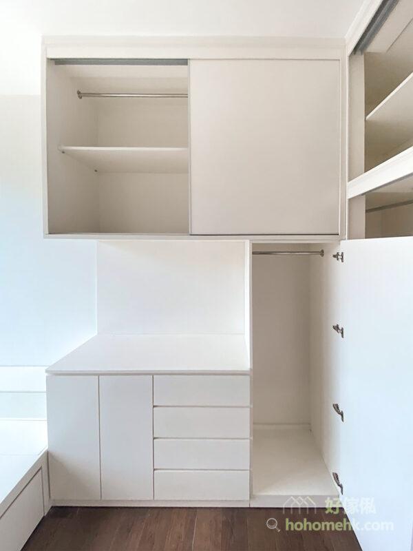 全白櫃門及櫃身的設計,運用暗抽的條線與趟門一前一後的層次,為白色的收納空間營造出不同的質感