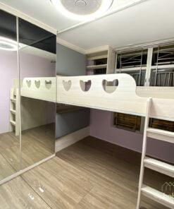 在普通的碌架床上花點心思,在上格床的圍欄加入動物造型的鏤空設計,為床架增添趣味感