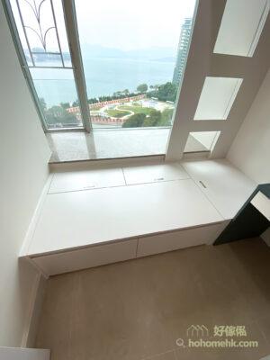 下格床以地台床的方式設計,地台箱提供了龐大的收納空間,同時外側的櫃桶提供就手的日常儲物位置