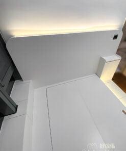 配搭位於床頭板及地台邊的燈帶,柔和的間接燈源用在睡房能夠增加空間感,同時不會過份刺激眼睛