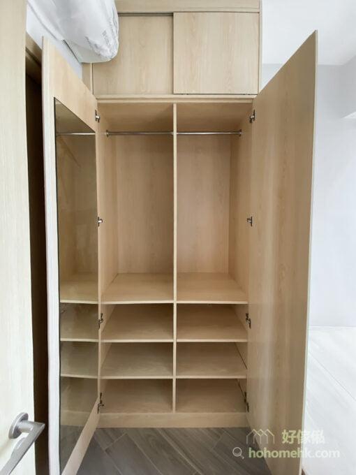 掩門衣櫃的櫃門是其中一個很好藏鏡子的地方,只需要把鏡子鑲嵌在櫃門內側,打扮襯衫時打開櫃門就能照鏡了,平時又不用被鏡子影響睡房的舒適性