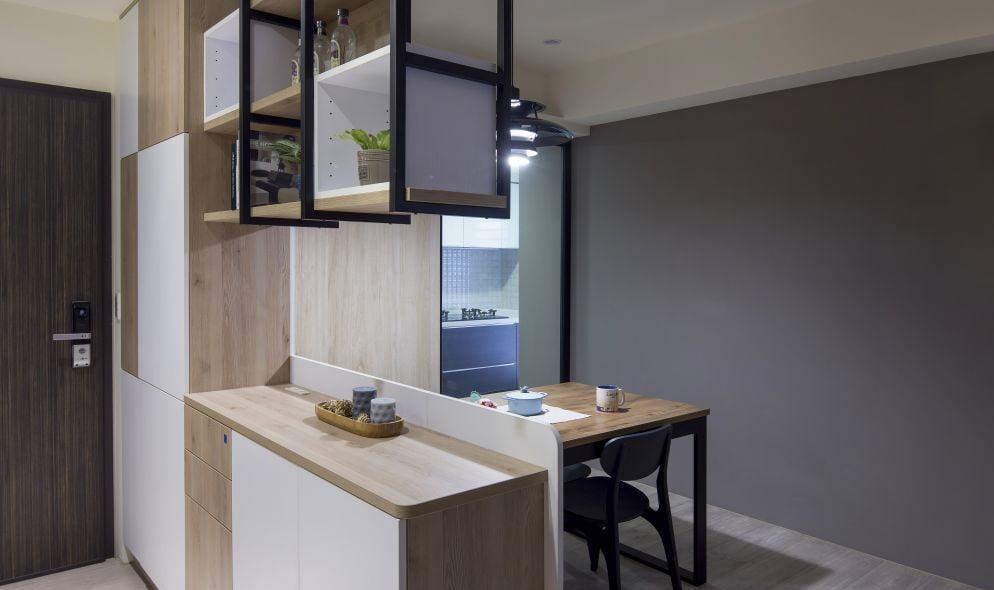 除了靠牆設計,C字櫃也可以放在兩個空間之間充當間隔,例如玄關與客廳、客廳與飯廳、睡房與衣帽間,中空的部份讓採光不會被影響,而且通透性高,空間之間仍可保留互動性,不會完全將兩個空間割斷