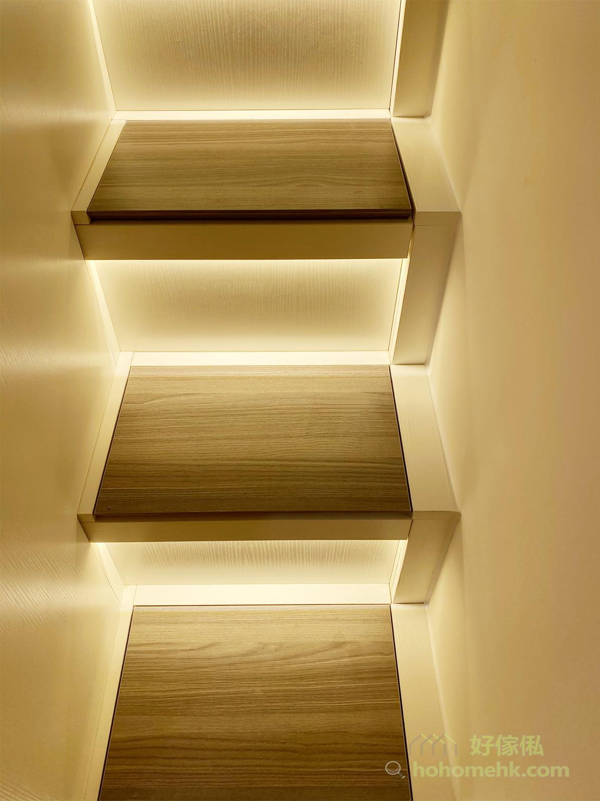每級樓梯都做成揭板儲物櫃,收納的空間絕對不少,而且可以隨時打開,方便用作收納零碎的日用品