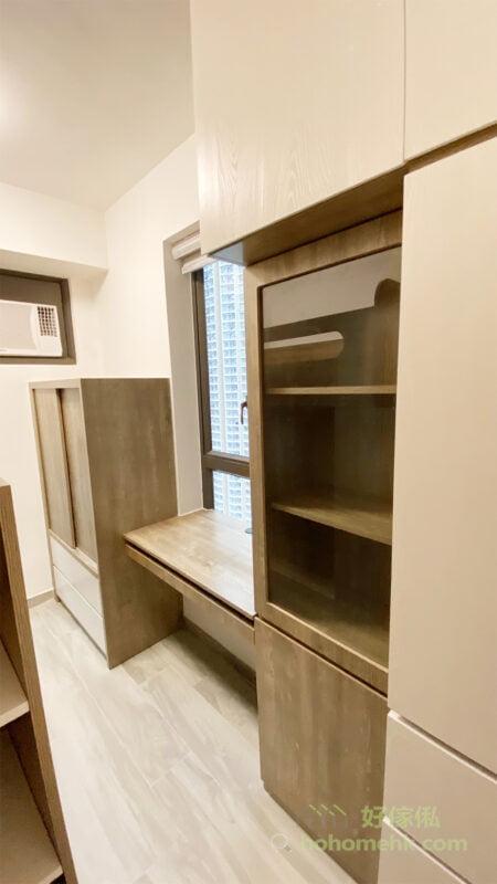 對於長形的小空間,暗抽及趟門的櫃門設計也是很重要的,沒有凸出來的拉門,行過時不會撞到和卡住
