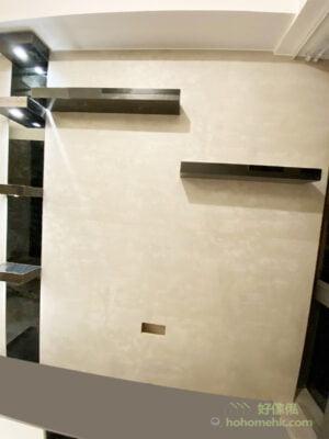 電視牆上方的層板既可擺放飾品,鏡面質地的層板配在米白色的電視牆上,即使不擺放飾品都有種氣質感