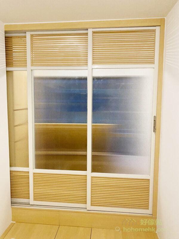 間房趟門以長虹玻璃製造,若隱若現的視覺效果,可以為睡房保留私隱,上下的百葉窗設計,讓睡房不會太侷促,彷似日式趟門的設計,而且也為室內空間增添美感