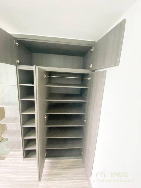 雜物收納在地台,而衣物收納在衣櫃,裝飾及書本可以放在轉角櫃