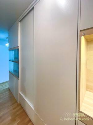 玄關櫃設有衣櫃功能,可以用來儲存外出穿過外套和手袋,防止髒衣服掛在睡房會污染乾淨的衣服;如果有客人到訪,也可以把外套和背包暫存在玄關衣櫃,便不會令客廳堆滿雜物