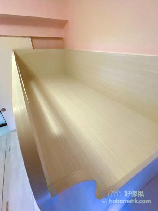 睡床沒有華麗的床頭板,也沒有過多的裝飾,只得俐落的線條,予人乾淨舒適的感覺,這樣的設計在小空間中更顯清爽