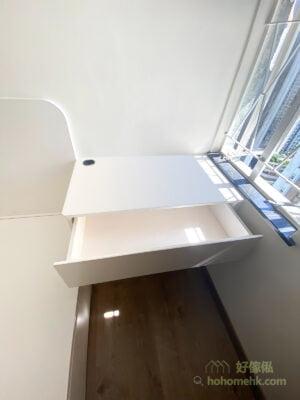 床頭櫃近床邊的轉角有小圓角設計,不只外觀漂亮,也保障用家使用時的安全。而床頭板同樣有圓角設計,與床頭櫃互相呼應,整體的風格更統一
