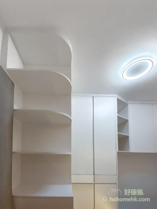 層架的角位以圓弧線條變化出空間中的立體和層次感,而且當圓角遇上白色,更構成無限的邊際,令房間的空間感更舒適,同時圓角可防止碰傷,從而增加安全度