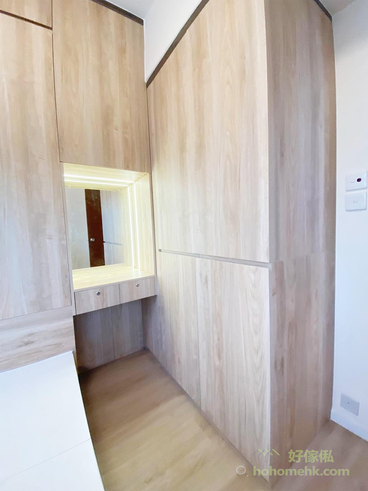 可以在鏡子邊裝上燈帶,令到即使是嵌入式設計也不會很暗,適合裝扮時使用