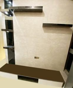 不夠寬闊的牆身如果做成高櫃,會令空間變得狹窄、擠擁又不好看,選用了極簡電視櫃代替傳統收納型的電視櫃美觀又實用