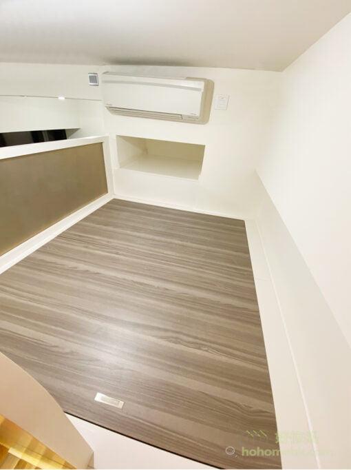 屋主把冷氣機下方的一個小空間挖空,剛好可以用作嵌入式的床頭櫃,放東西很方便,又不會撞頭