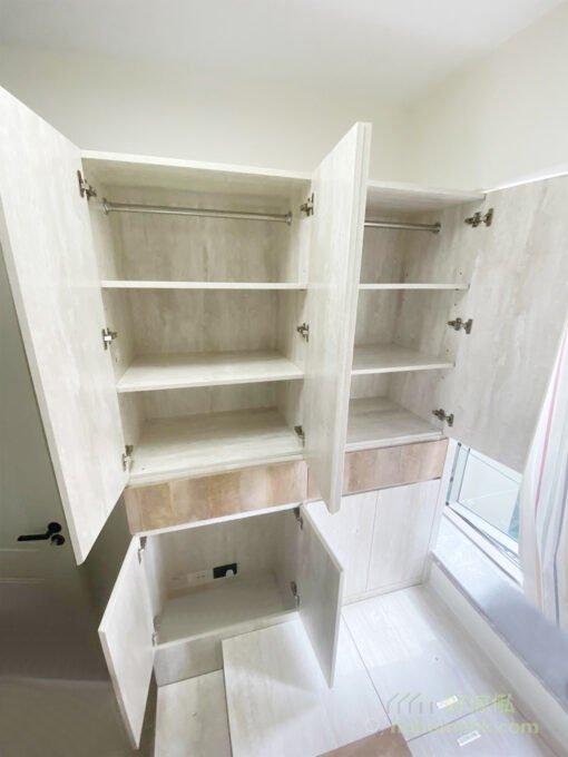 衣櫃內為屋主設計了掛通及活動層板兩種間隔,屋主可因應自己的衣物長度、種類而自由調節