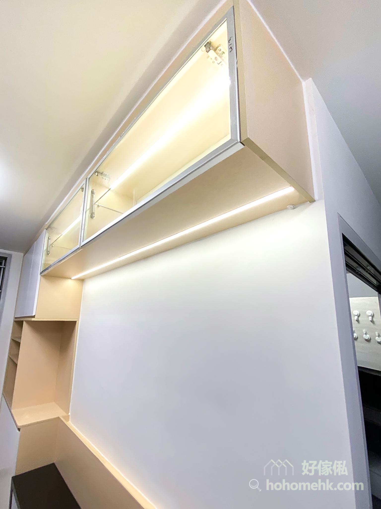 在玻璃櫃門搭配金屬鋁框則實現科技現代感受