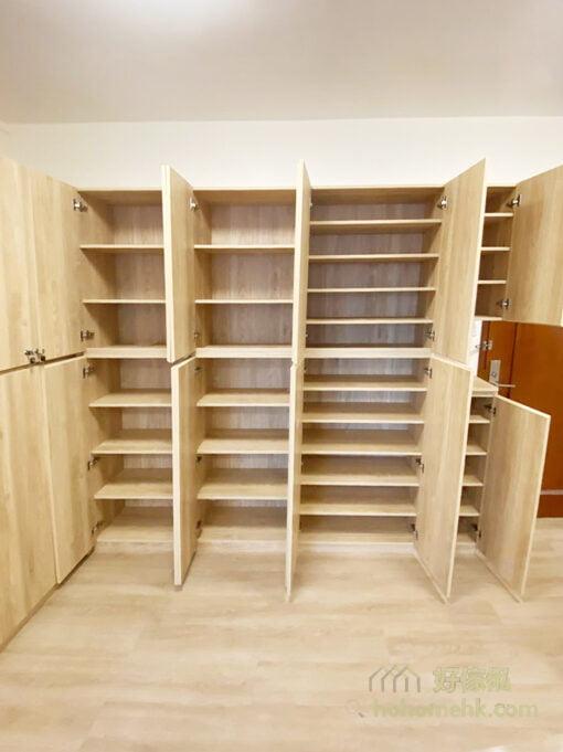 超巨型的客廳儲物櫃,有50個大小不同的儲物空間,活動式層板讓屋主可以靈活調節層架之間的高度,善用空間擺放不同的東西