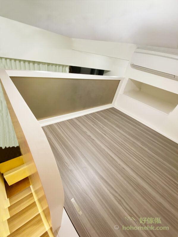 茶色玻璃與睡房的暖光燈及啡木地板映襯出柔和而溫暖的氣氛
