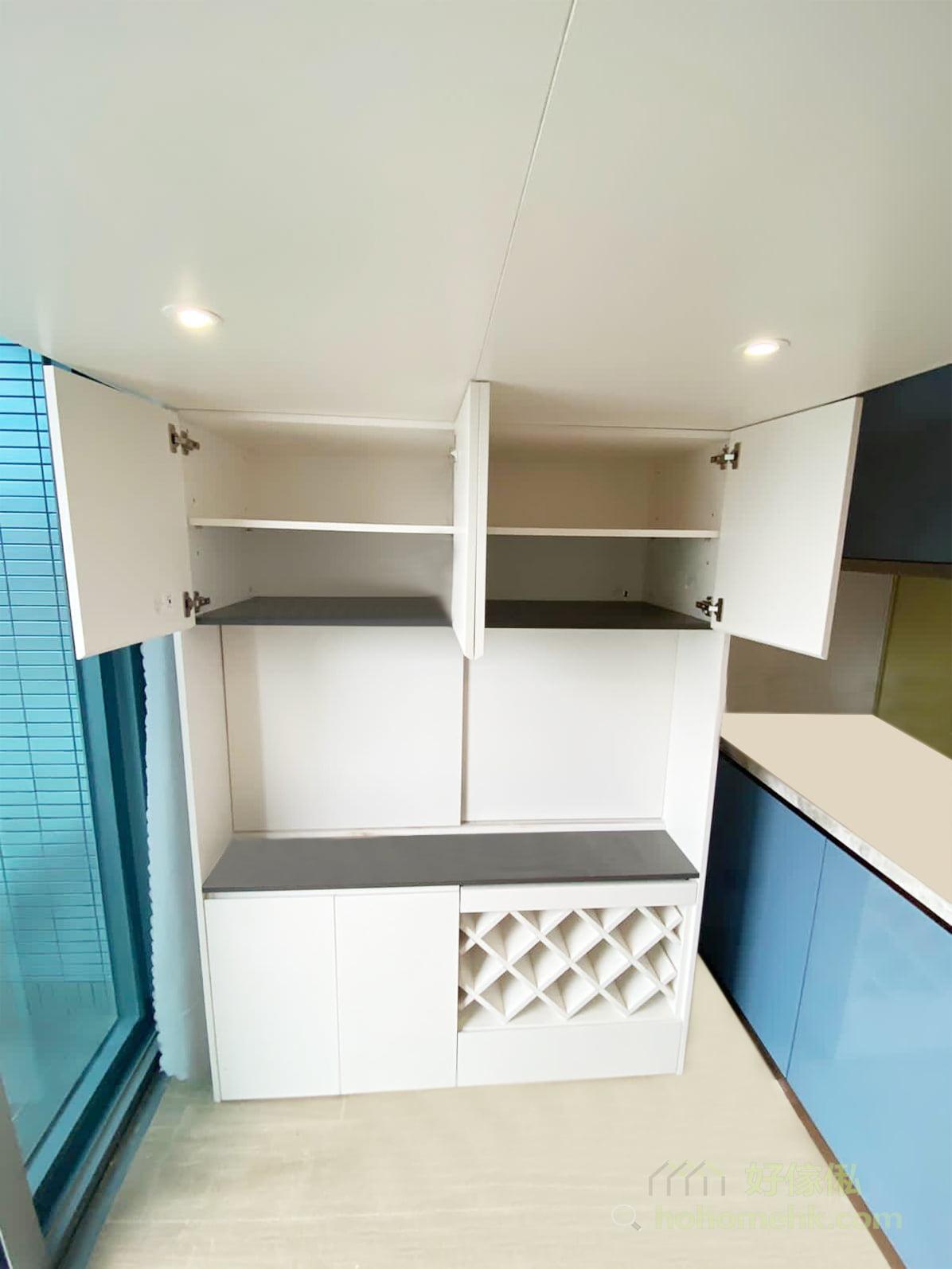 為了用盡空間來收納,可考慮將擺放電視的中空位置分成前後兩半,後半的趟門櫃照樣可以儲物,而前半部份就可以放置電視機
