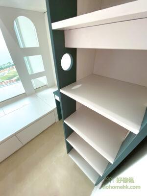 設計師將爬梯融入成為儲物櫃的一部份 —— 最前的部份是爬梯的腳踏部份、中間是開放式的儲物櫃,後方則成為側面書枱的延伸儲物空間