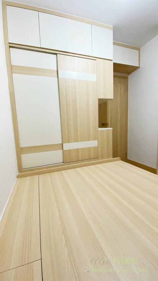 趟門衣櫃以錯落的全白加淺木配色營造出別緻的感覺,形成一道迷你的特色牆,令樸素的配色都變得不平凡