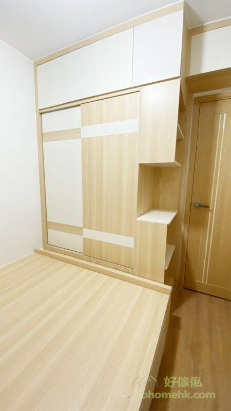 開門的位置無法擺櫃,也無法做地台,而門頂又不起眼,最適合就是用來做吊櫃,爭取更多的儲物量