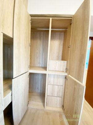 在衣櫃內加上有鎖的櫃桶可用來存放貴重的飾物;掛衣通一直延伸到L形衣櫃的轉角位,沒有浪費一絲空間