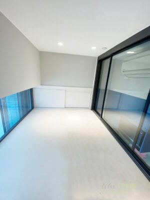 向屋內那邊的圍欄採用玻璃趟門,能夠有限度地打開,保障用家安全同時讓冷氣可以吹到閣樓;而黑色鋁框與玻璃圍欄配搭下營造出精緻的時尚美感