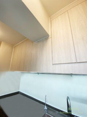 煮食時如果光線不足,樂趣也會大大減低,所以可考慮在吊櫃底加裝燈槽,讓你在料理台準備食材時都享有充沛的光線,煮食的過程自然更有樂趣!