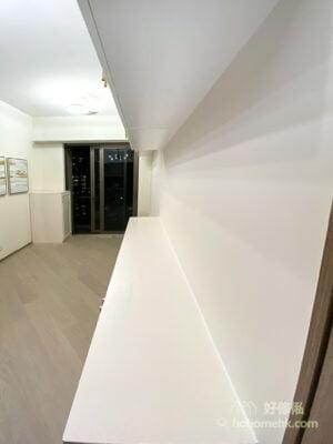 不論是玄關櫃、電視櫃都可以採用中空的設計,將櫃身分為地櫃和吊櫃兩部份,視線水平位置則留空,放大視覺空間