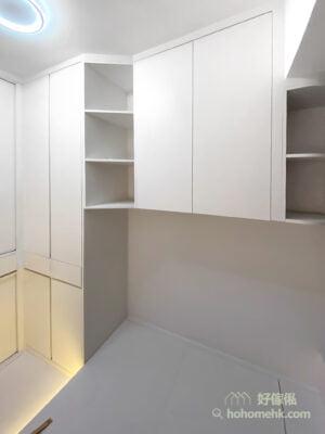 利用斜邊層架連接不同深度的儲物櫃,柔化空間的線條