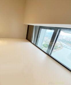玻璃圍欄做到透光的效果,令整個空間不會因為閣樓而被遮擋陽光,這樣可以營造更舒適的空間感