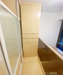 睡房的地台加高了半層,利用地台高度劃分出空間不同的功能性,同時省去硬裝間隔的阻檔,讓視覺更寬敞