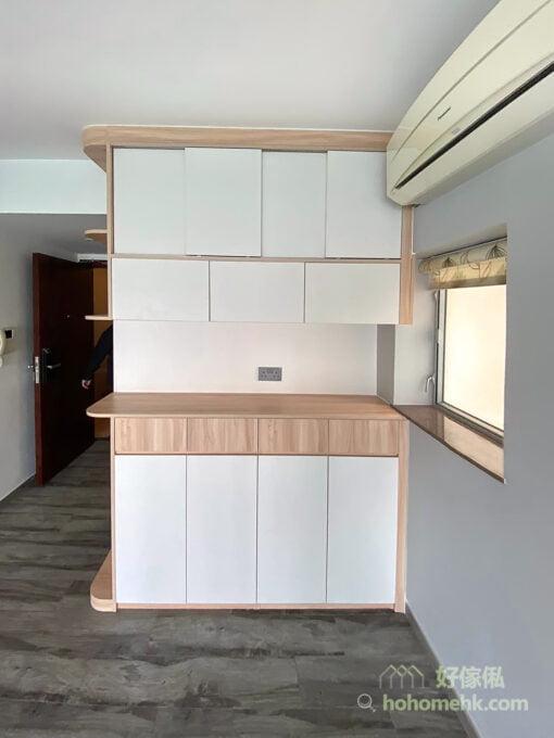如果有窗台的話,地櫃的高度可與窗台對齊,不只視覺上會更整齊,而且與櫃身相連的窗台更可納入成更大的置物平台,讓窗台的空間都善用起來