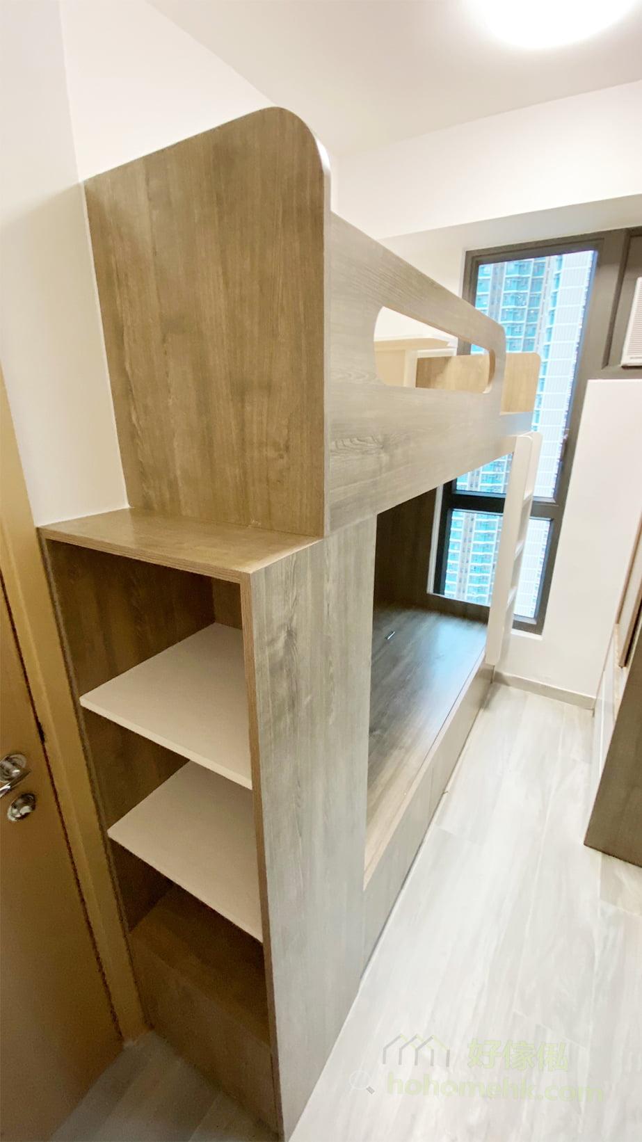 利用房門與碌架床旁邊的小空間,安排開放式格櫃,沒有櫃門就不用擔心櫃門會撞到房門,而且開放式格櫃的取物時間也會縮短,減少擋住門口通道的時間