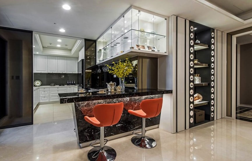 以吧枱配搭吊櫃作為廚房與客廳之間的軟間隔,不只有了用餐、小斟的枱面空間,儲物空間也非常足夠,用來放餐具及酒杯更可為空間營造氣氛,也不妨礙採光及不影響廚房與客廳之間的互動
