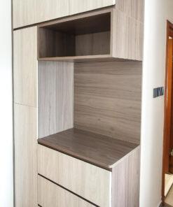 以兩種深淺不同的冷淡色木紋拼湊C字櫃,與灰色調的地板非常相襯,形成和諧的氛圍