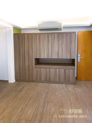 玄關櫃以簡約設計為主,全個櫃身都是原木色,與睡房地台和地板的色調呼應