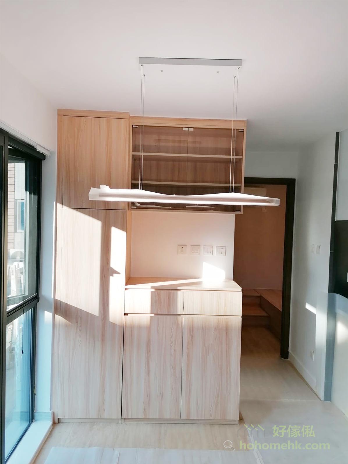 C字櫃很適合拼湊不同類型的收納空間,包括玻璃飾櫃、小型抽屜、鞋櫃、開放式層架、大型的掩門/趟門儲物櫃、雨傘架等,不同形式的櫃門和儲物櫃大小拼湊成富有層次感的飾面,也為家裡各種物品找到合適的存放位置