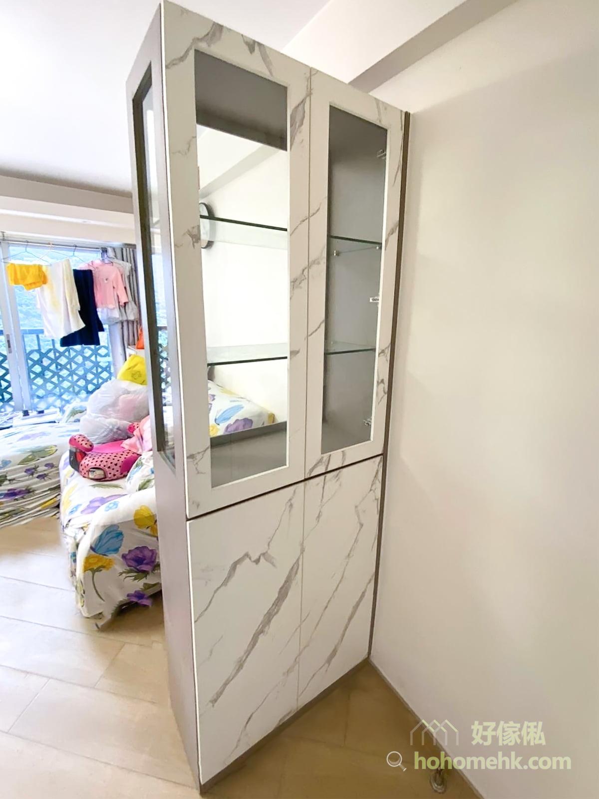 玻璃透光度高,雙面玻璃的設計,讓窗外的光線同樣可以灑到玄關區,不會一入門就感到黑漆漆。當飾品擺滿玻璃飾櫃後,便成了一道若隱若現的屏風,分隔開客廳和玄關的空間