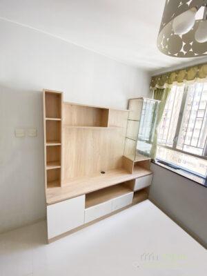 位於窗邊的半高電視櫃,相對比高櫃能為空間爭取到更好的採光率,將客廳採光自然穿透到飯廳及玄關位置,也能讓空氣更為流通,令室內通風變好