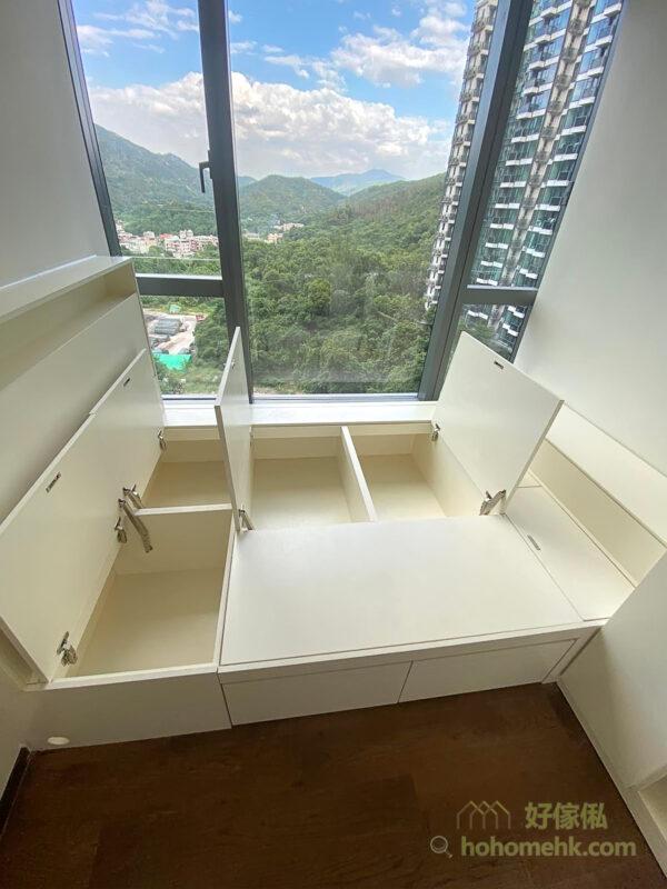 全白色的傢俬組合,可塑造明亮通透的自然氣氛,放大空間的視覺感受