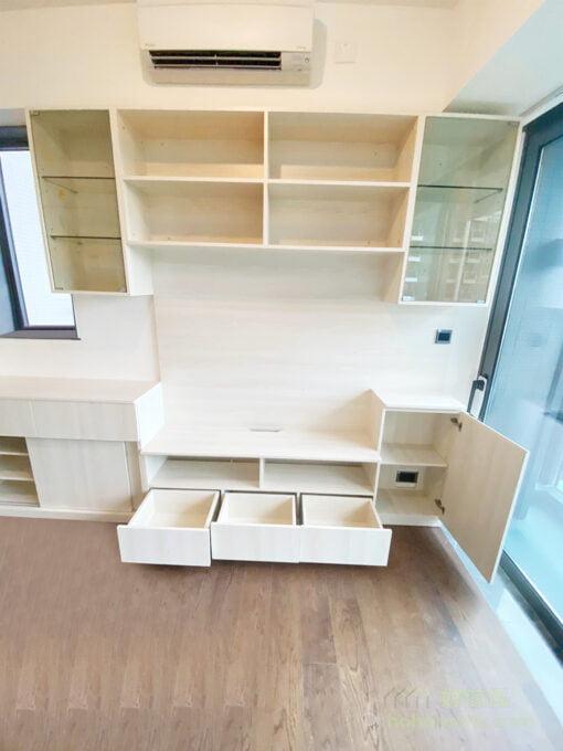 為電視櫃劃分出不同的收納區域,可以中空設計隔開地櫃與吊櫃的收納,保留光線、視覺穿透的優勢,空間感更清爽