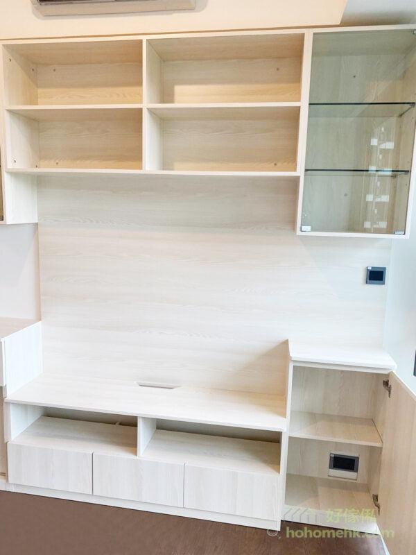 如果客廳的牆身以白色、米色為主,淺色系板材能締造視覺上的延伸,還能修飾突兀的橫樑,又不妨礙冷氣的出風口,讓客廳變得更清爽寬敞