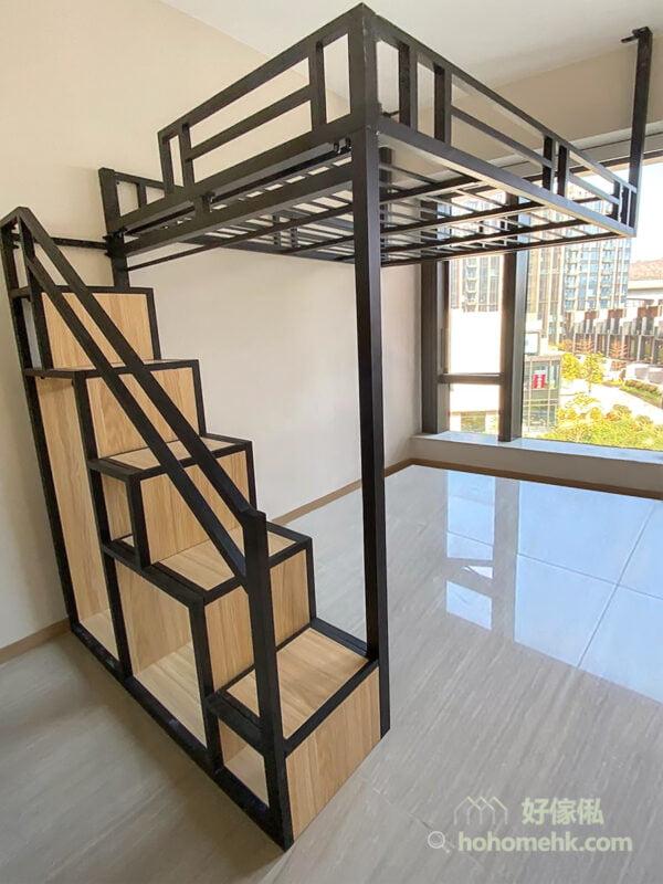 閣樓的支架和樓梯櫃的邊框,透過剛硬、冷調且橫直線條的立面呈現工業風中率性自我的玩味
