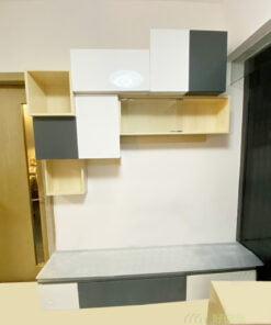 不規則形狀的吊櫃可以淡化了牆身不夠寬敞的缺點,錯落分佈的格櫃可以讓電視櫃更有層次感及特色,令電視櫃成為客廳的亮點