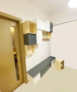 黑白的配色與吊櫃呼應,簡約又別緻。造型簡單的懸空式地櫃不只減輕櫃身的壓迫感,避免將客廳塞得滿滿,也非常方便打掃